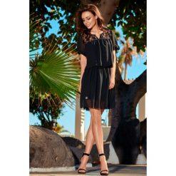 Letnia szyfonowa sukienka z krótkim rękawem czarna MAYA. Czarne sukienki hiszpanki Lemoniade, na spotkanie biznesowe, na lato, w koronkowe wzory, z koronki, z falbankami, z krótkim rękawem, mini, wyszczuplające. Za 111,93 zł.