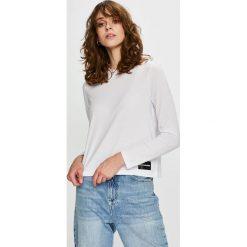 Calvin Klein Jeans - Bluzka. Szare bluzki z odkrytymi ramionami Calvin Klein Jeans, l, z bawełny, z okrągłym kołnierzem. Za 229,90 zł.