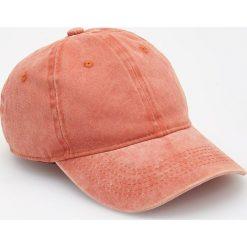 Czapka z daszkiem - Pomarańczo. Pomarańczowe czapki z daszkiem męskie Reserved. W wyprzedaży za 29,99 zł.
