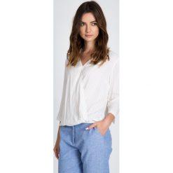 Kopertowa bluzka w paski QUIOSQUE. Szare bluzki wizytowe QUIOSQUE, w paski, z jeansu, biznesowe. W wyprzedaży za 49,99 zł.