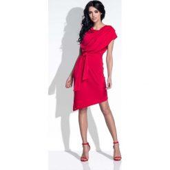Czerwona Sukienka Elegancka Asymetryczna z Rozcięciem na Plecach. Czarne sukienki asymetryczne marki bonprix, w paski, z dekoltem woda. W wyprzedaży za 111,93 zł.