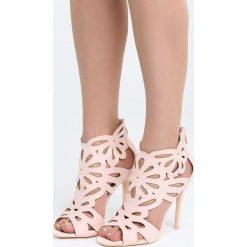 Różowe Sandały Saturday Vogue. Czerwone sandały trekkingowe damskie marki Born2be, z materiału, na wysokim obcasie, na obcasie. Za 99,99 zł.