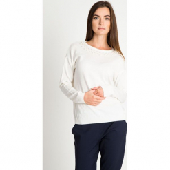 Biały sweter z perełkami na dekolcie QUIOSQUE. Szare swetry klasyczne damskie marki QUIOSQUE, na co dzień, s, w koronkowe wzory, z dzianiny, z klasycznym kołnierzykiem, ołówkowe. W wyprzedaży za 59,99 zł.