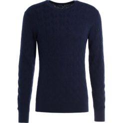 Swetry klasyczne męskie: J.LINDEBERG HARRING BASKET CABLE Sweter navy