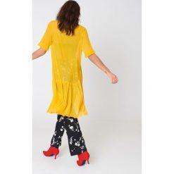 Qontrast X NA-KD Siateczkowa sukienka z rękawem z falbaną - Yellow. Żółte sukienki na komunię marki Qontrast x NA-KD, z falbankami, oversize. W wyprzedaży za 70,98 zł.