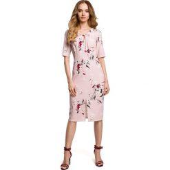 ALAMEDA Sukienka we wzór z wiązaniem w dekolcie - pudrowa. Czerwone sukienki Moe, na lato, s, w kwiaty, z tkaniny, klasyczne, z dekoltem w serek, dopasowane. Za 169,90 zł.
