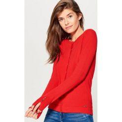 Dopasowany sweter z zapięciem na guziki - Czerwony. Szare swetry rozpinane damskie marki Mohito, l. Za 59,99 zł.