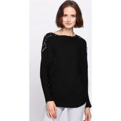 Czarny Sweter Incidental. Czarne swetry klasyczne damskie Born2be, l, z dzianiny, z dekoltem w łódkę. Za 79,99 zł.