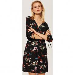 Sukienka w kwiaty - Czarny. Czarne sukienki marki House, l, w kwiaty. Za 79,99 zł.