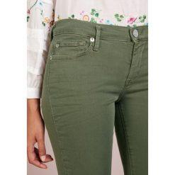 True Religion HALLE DYED LONG Jeans Skinny Fit olive. Zielone boyfriendy damskie True Religion, z bawełny. Za 839,00 zł.