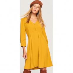 Sukienka z dekoltem V - Żółty. Żółte sukienki z falbanami marki Reserved. Za 119,99 zł.