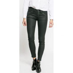 Wrangler - Jeansy Lust for Life. Szare jeansy damskie marki Wrangler, na co dzień, m, z nadrukiem, casualowe, z okrągłym kołnierzem, mini, proste. W wyprzedaży za 359,90 zł.