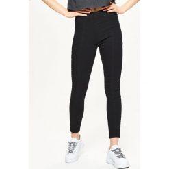 Jeansowe jegginsy z zamkiem z tyłu - Czarny. Czerwone legginsy marki Cropp, l. Za 69,99 zł.
