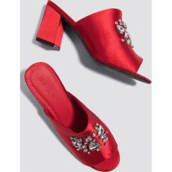 NA-KD Shoes Klapki ze zdobieniami - Red. Czerwone chodaki damskie NA-KD Shoes, z satyny, na wysokim obcasie. W wyprzedaży za 54,59 zł.