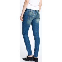 Wrangler - Jeansy Courtney Sandy Blues. Szare jeansy damskie marki Wrangler, na co dzień, m, z nadrukiem, casualowe, z okrągłym kołnierzem, mini, proste. W wyprzedaży za 249,90 zł.