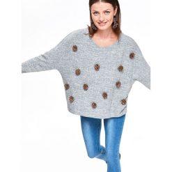 SWETER OVERSIZE Z POMPONAMI. Szare swetry oversize damskie marki Top Secret, na jesień. Za 89,99 zł.
