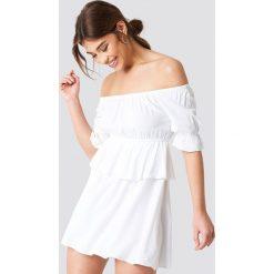 Debiflue x NA-KD Krótka sukienka z odkrytymi ramionami - White. Niebieskie sukienki mini marki Reserved, z odkrytymi ramionami. Za 121,95 zł.