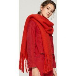 Szalik z frędzlami - Czerwony. Czerwone szaliki damskie Sinsay. Za 39,99 zł.