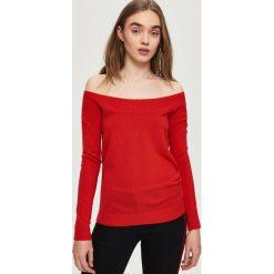 Swetry klasyczne damskie: Sweter z odkrytymi ramionami – Czerwony