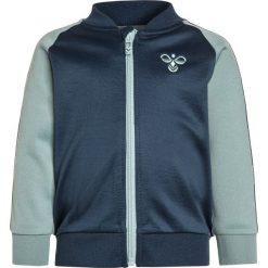 Hummel BABY LEO ZIP Kurtka sportowa blue wing teal. Niebieskie kurtki dziewczęce sportowe marki Hummel, z bawełny. Za 149,00 zł.