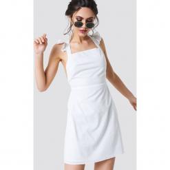 NA-KD Boho Sukienka mini z skrzyżowanymi paskami - White. Niebieskie sukienki boho marki NA-KD Boho, na imprezę, w koronkowe wzory, z koronki, na ramiączkach, mini. Za 121,95 zł.