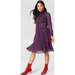 NA-KD Boho Sukienka z marszczoną stójką - Purple. Niebieskie długie sukienki marki NA-KD Boho, na imprezę, w koronkowe wzory, z koronki, boho, na ramiączkach. W wyprzedaży za 113,37 zł.