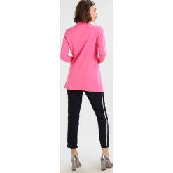 Płaszcze damskie pastelowe: Rich & Royal Krótki płaszcz azalea pink