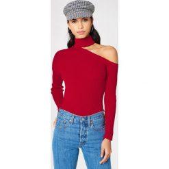 Swetry klasyczne damskie: NA-KD Sweter z półgolfem i wycięciem na ramieniu – Red