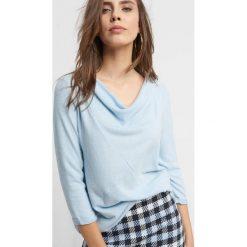 Dzianinowa koszulka basic. Niebieskie t-shirty damskie Orsay, s, z dzianiny, z asymetrycznym kołnierzem. Za 59,99 zł.