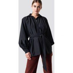 NA-KD Trend Koszula z bufiastym rękawem - Black. Czarne koszule wiązane damskie marki NA-KD Trend, w paski. Za 161,95 zł.