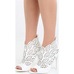Białe Sandały La Bella. Białe sandały damskie Born2be, z materiału, na wysokim obcasie, na obcasie. Za 99,99 zł.