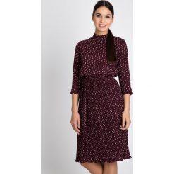 Bordowa rozkloszowana sukienka ze wzorem QUIOSQUE. Czerwone sukienki na komunię marki QUIOSQUE, m, z tkaniny, z długim rękawem, plisowane. W wyprzedaży za 139,99 zł.