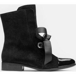 Czarne kozaki damskie. Czarne buty zimowe damskie marki Kazar, z nubiku, przed kolano, na wysokim obcasie. Za 599,00 zł.