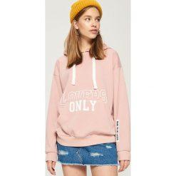 Bluza oversize z kapturem - Różowy. Białe bluzy z kapturem damskie marki Sinsay, l, z napisami. Za 69,99 zł.