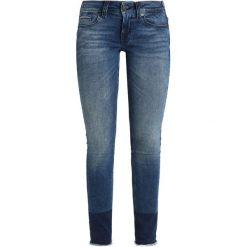 Tommy Jeans LOW RISE SKINNY SOPHIE Jeans Skinny Fit fargo dark blue. Niebieskie jeansy damskie relaxed fit marki Tommy Jeans. W wyprzedaży za 439,20 zł.