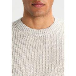 AllSaints IVANN CREW Sweter ecru white. Białe kardigany męskie AllSaints, l, z bawełny. W wyprzedaży za 519,20 zł.