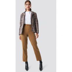 Spodnie damskie: NA-KD Trend Proste spodnie garniturowe - Beige