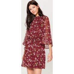 Szyfonowa sukienka w kwiaty - Wielobarwn. Czerwone sukienki marki Mohito, l, w koronkowe wzory. Za 169,99 zł.