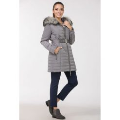 Płaszcze damskie pastelowe: Pikowany płaszcz z paskiem