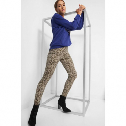 Elastyczne spodnie w panterkę. Czarne rurki damskie Orsay, z motywem zwierzęcym, z bawełny. Za 79,99 zł.