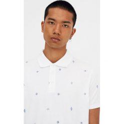 Biała koszulka polo z drobnym nadrukiem. Białe koszulki polo Pull&Bear, m, z nadrukiem, z krótkim rękawem. Za 59,90 zł.