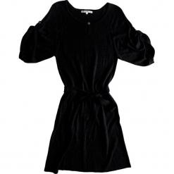 Sukienka kaszmirowa w kolorze czarnym. Czarne sukienki na komunię Ateliers de la Maille, na imprezę, z kaszmiru, z okrągłym kołnierzem, midi. W wyprzedaży za 341,95 zł.