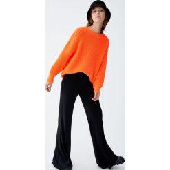 Jaskrawy sweter wykonany ściegiem perełkowym. Szare swetry klasyczne damskie Pull&Bear. Za 109,00 zł.