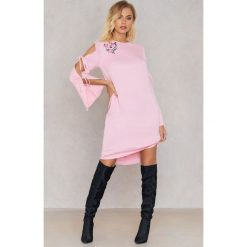 Sukienki hiszpanki: Andrea Hedenstedt x NA-KD Sukienka w kratkę marszczona – Pink