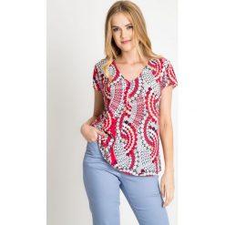 Zwiewna bluzka w geometryczny wzór QUIOSQUE. Białe bluzki asymetryczne QUIOSQUE, w geometryczne wzory, z dekoltem w serek, z krótkim rękawem. W wyprzedaży za 59,99 zł.