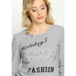 Szara Bluzka Fashion Holidays. Szare bluzki asymetryczne Born2be, l, z nadrukiem, z okrągłym kołnierzem, z długim rękawem. Za 34,99 zł.