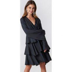 Sukienki: NA-KD Party Błyszcząca sukienka z falbankami – Blue