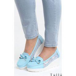Niebieskie Koturny All Over Me. Niebieskie buty ślubne damskie marki Born2be, z materiału, na wysokim obcasie, na koturnie. Za 89,99 zł.