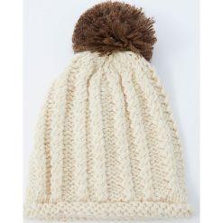 Dzianinowa czapka z wypukłym wzorem i pomponem. Szare czapki damskie Pull&Bear, z dzianiny. Za 49,90 zł.