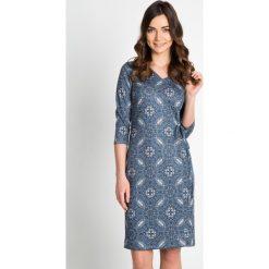 Sukienka z bocznym marszczeniem QUIOSQUE. Niebieskie sukienki na komunię marki QUIOSQUE, do pracy, biznesowe, z dekoltem na plecach. W wyprzedaży za 99,99 zł.
